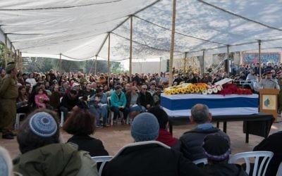 Des centaines de personnes ont assisté aux funérailles du major Hagai Ben Ari, grièvement blessé pendant l'opération Bordure protectrice de l'été 2014 et décédé après 30 mois de coma, le 4 janvier 2017. (Crédit : Basel Awidat/Flash90)