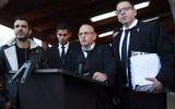 Les avocats de la défense d'Elor Azaria, Ilan Katz, au centre, et Eyal Besserglick, à droite, s'adressent à la presse devant le tribunal de Tel Aviv, le 4 janvier 2017. (Crédit : Miriam Alster/Flash90)