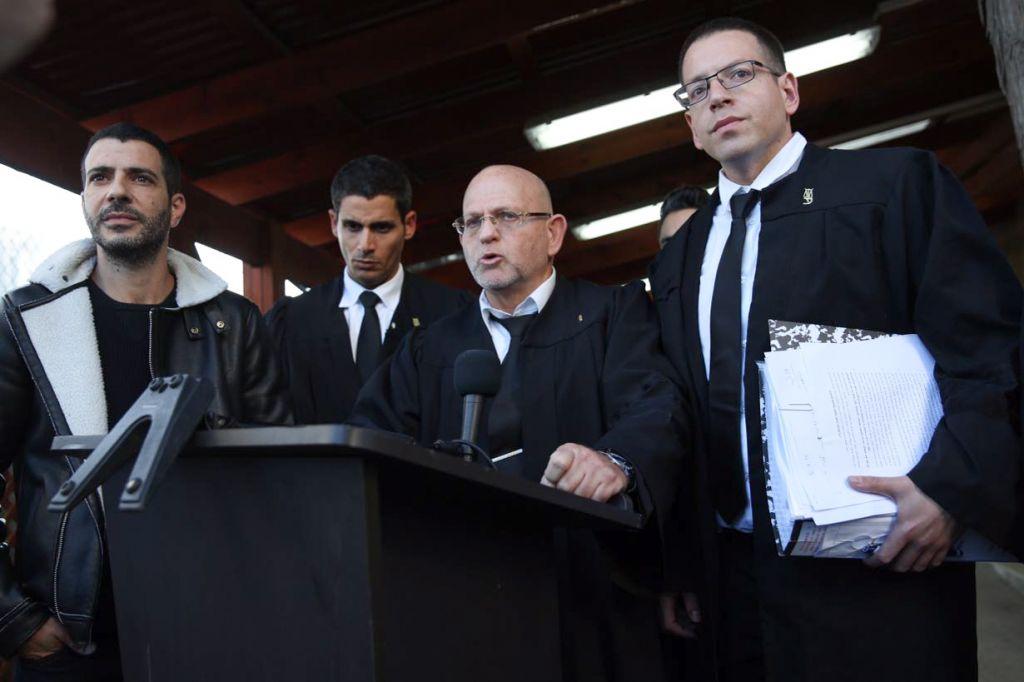 Les avocats de la défense d'Elor Azaria, qui a été jugé coupable d'homicide pour avoir tiré sur un terroriste palestinien déjà neutralisé à Hébron, s'adressent à la presse devant le tribunal de Tel Aviv, le 4 janvier 2017. (Crédit : Miriam Alster/Flash90)