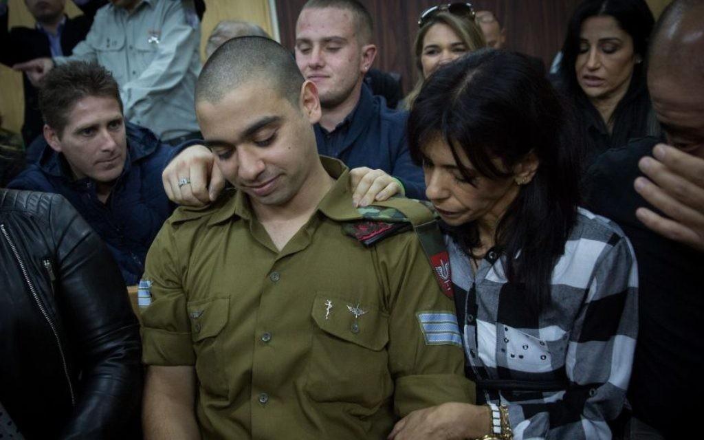 Elor Azaria, le soldat israélien qui a tué un terroriste palestinien à Hébron, devant la cour avant la lecture de son verdict, à la Kirya, à Tel Aviv, le 4 janvier 2017. (Crédit : Miriam Alster/Flash90)