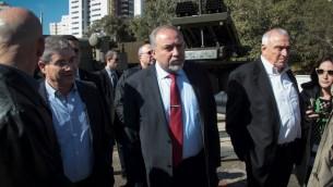 Avigdor Liberman, ministre de la Défense, au centre, pendant une visite de l'usine des Industries militaires israéliennes, le 4 janvier 2017. (Crédit : Roy Alima/Flash90)