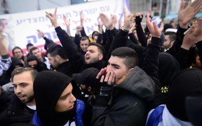 Les partisans d'Elor Azaria, le soldat israélien jugé coupable d'homicide pour avoir abattu un terroriste palestinien neutralisé à Hébron, devant la cour militaire de Tel Aviv pendant le prononcé du verdict, le 4 janvier 2017. (Crédit : Tomer Neuberg/Flash90)