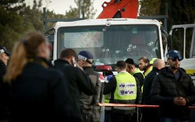 La scène de l'attentat au camion bélier qui a tué quatre soldats dans le quartier d'Armon Hanetziv de Jérusalem le 8 janvier 2017. (Crédit : Sebi Berens/Flash90)