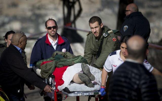 Scène d'un attentat au camion bélier qui a tué quatre soldats à Jérusalem, le 8 janvier 2017. (Crédit : Yonatan Sindel/Flash90)