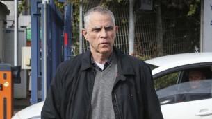 """Arnon """"Noni"""" Mozes, éditeur et propriétaire du quotidien Yedioth Ahronoth, avant d'être interrogé par l'unité Lahav 433 à Lod, le 15 janvier 2017. (Crédit : Koko/Flash90)"""