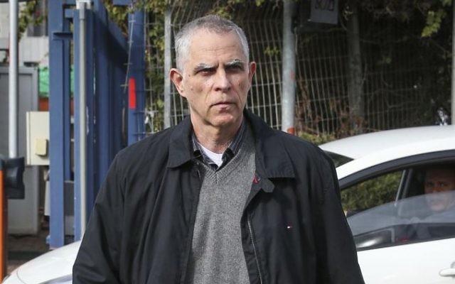 """Arnon """"Noni"""" Moses, éditeur et propriétaire du quotidien Yedioth Ahronoth, avant d'être interrogé par l'unité Lahav 433 à Lod, le 15 janvier 2017. (Crédit : Koko/Flash90)"""