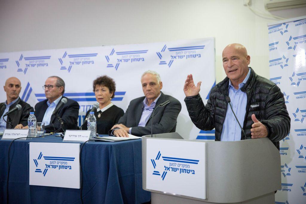 """Asaf Hefetz, ancien chef de la police israélienne, pendant une conférence de presse organisée par les """"Commandants pour la sécurité d'Israël"""", à Tel Aviv, le 15 janvier 2017. (Crédit : Miriam Alster/Flash90)"""
