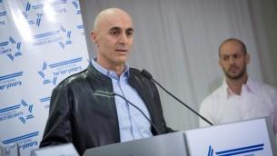 """Le général de division (de réserve) Gadi Shamni, ancien dirigeant du Commandement du Centre de Tsahal, pendant une conférence de presse organisée par les """"Commandants pour la sécurité d'Israël"""", à Tel Aviv, le 15 janvier 2017. (Crédit : Miriam Alster/Flash90)"""