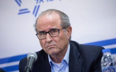 """Shabtai Shavit, ancien directeur du Mossad, pendant une conférence de presse organisée par les """"Commandants pour la sécurité d'Israël"""", à Tel Aviv, le 15 janvier 2017. (Crédit : Miriam Alster/Flash90)"""