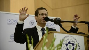 Le chef de l'Union sioniste Isaac Herzog assistant à une conférence à l'université Bar-Ilan près de Tel-Aviv le 15 janvier 2017 (Crédit : Tomer Neuberg / Flash90)