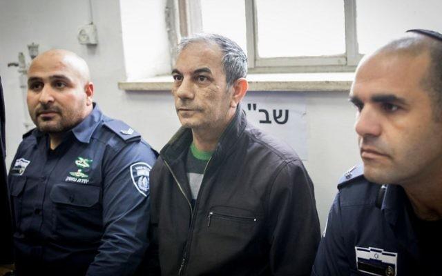 Ilan Shmuel, au centre, ancien chauffeur du Premier ministre Benjamin Netanyahu, devant la cour du district de Jérusalem, le 15 janvier 2017. (Crédit : Yonatan Sindel/Flash90)