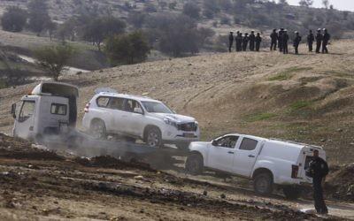 Le véhicule qui a tué un policier israélien dans le village bédouin d'Umm al-Hiran dans le désert du Negev, dans le sud d'Israël, le 18 janvier 2017. (Crédit : Hadas Parush/Flash90)