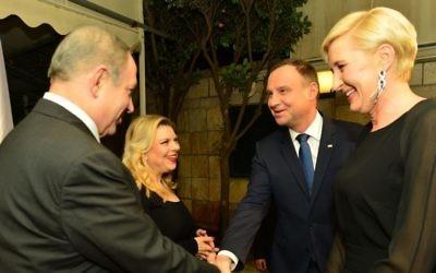 Le Premier ministre Benjamin Netanyahu (à gauche) et son épouse, Sara, accueillent le président polonais Andrzej Duda et sa femme, Agata Kornhauser, à la résidence du président à Jérusalem, le 18 janvier 2017. (Crédit : Kobi Gideon/GPO)