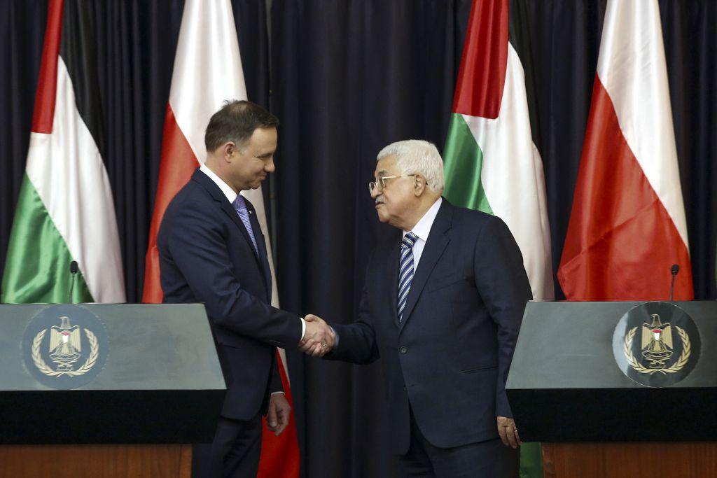 Le président de l'Autorité palestinienne Mahmoud Abbas (à droite) et le président polonais Andrzej Duda lors d'une conférence de presse à Bethléem, en Cisjordanie, le 18 janvier 2017 (Crédit : Wisam Hashlamoun/Flash90)