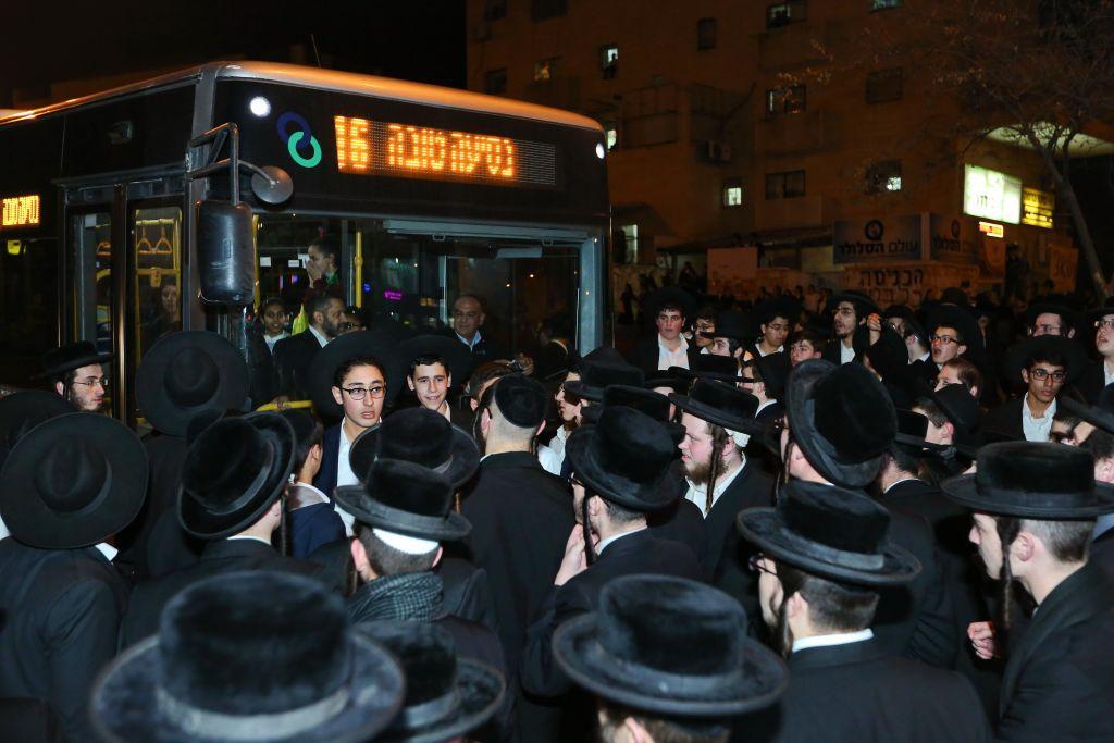 Des ultra-orthodoxes bloquent une route pendant une manifestation contre l'emprisonnement d'une jeune ultra-orthodoxe n'ayant pas demandé d'exemption de service militaire, à Beit Shemesh, le 17 janvier 2017. (Crédit : Yaakov Lederman/Flash90)