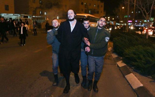 Arrestation d'un homme ultra-orthodoxe par la police des frontières pendant une manifestation contre l'emprisonnement d'une jeune ultra-orthodoxe n'ayant pas demandé d'exemption de service militaire, à Beit Shemesh, le 17 janvier 2017. (Crédit : Yaakov Lederman/Flash90)