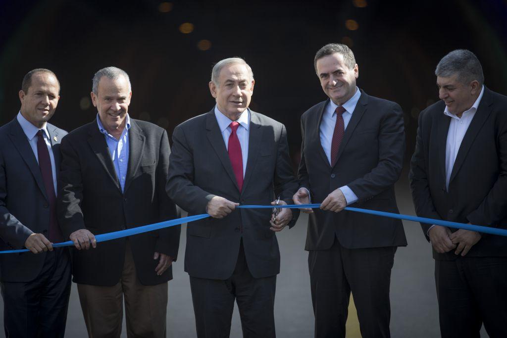 Le Premier ministre Benjamin Netanyahu (au centre) et le ministre des Transports Yisrael Katz (2e à droite) assistant à une cérémonie d'ouverture des nouveaux tunnels de Harel sur la principale route Tel-Aviv-Jérusalem le 19 janvier 2017 (Crédit :  Yonatan Sindel / Flash90)
