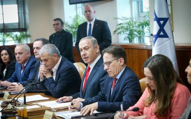 Le Premier ministre Benjamin Netanyahu, au centre, pendant la réunion hebdomadaire du cabinet dans ses bureaux, à Jérusalem, le 22 janvier 2017. (Crédit : Alex Kolomoisky/Pool)