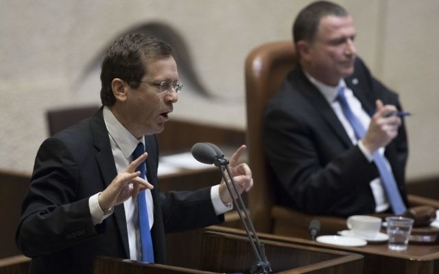 Isaac Herzog, chef de l'opposition, devant la Knesset pour les questions au gouvernement, le 25 janvier 2017. (Crédit : Yonatan Sindel/Flash90)
