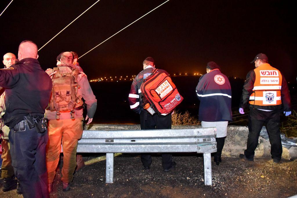 Les secouristes et l'armée sur les lieux d'un accident de bus fatal près de Maale Levona, en Cisjordanie, le 27 janvier 2017 (Crédit : Moshe Mizrachi / Flash90)