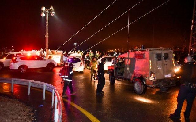 L'armée et les secours israéliens sur les lieux d'un accident de bus mortel près de Maale Levonah, en Cisjordanie, le 27 janvier 2017. (Crédit : Moshe Mizrachi/Flash90)