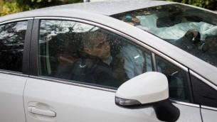Les enquêteurs de police arrivent au bureau du Premier ministre pour l'interroger pour la troisième fois dans le cadre de deux affaires de corruption, le 27 janvier 2017 (Crédit : Yonatan Sindel/Flash90)