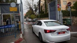 La police arrivant au bureau du Premier ministre à Jérusalem le 27 janvier 2017 pour interroger Benjamin Netanyahu pour la troisième fois dans le cadre de deux enquêtes pour corruption dont il fait l'objet (Crédit : Yonatan Sindel / Flash90)