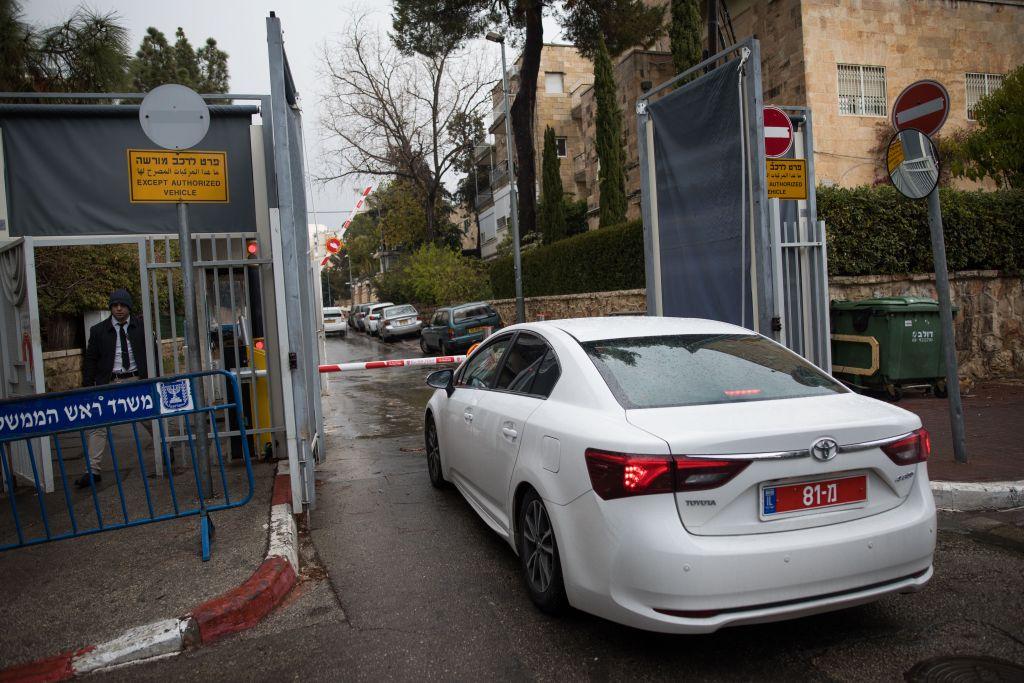 La police devant les bureaux du Premier ministre à Jérusalem, pour interroger Benjamin Netanyahu pour la troisième fois dans le cadre de deux enquêtes pour corruption dont il fait l'objet, le 27 janvier 2017. (Crédit : Yonatan Sindel/Flash90)