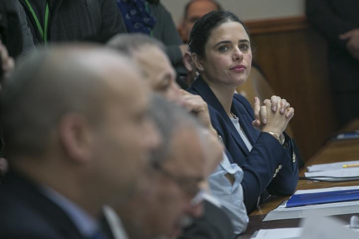 La ministre de la Justice Ayelet Shaked pendant la réunion hebdomadaire du cabinet, dans les bureaux du Premier ministre, à Jérusalem, le 29 janvier 2017. (Crédit : Ohad Zwigenberg/Pool)