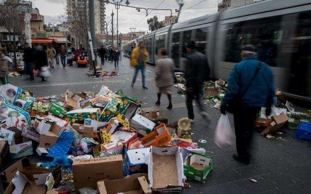 Les ordures jonchent le sol à Jérusalem en raison de la grève de la municipalité, au marché Mahane Yehuda, le 29 janvier 2017. (Crédit : Yonatan Sindel/Flash90)