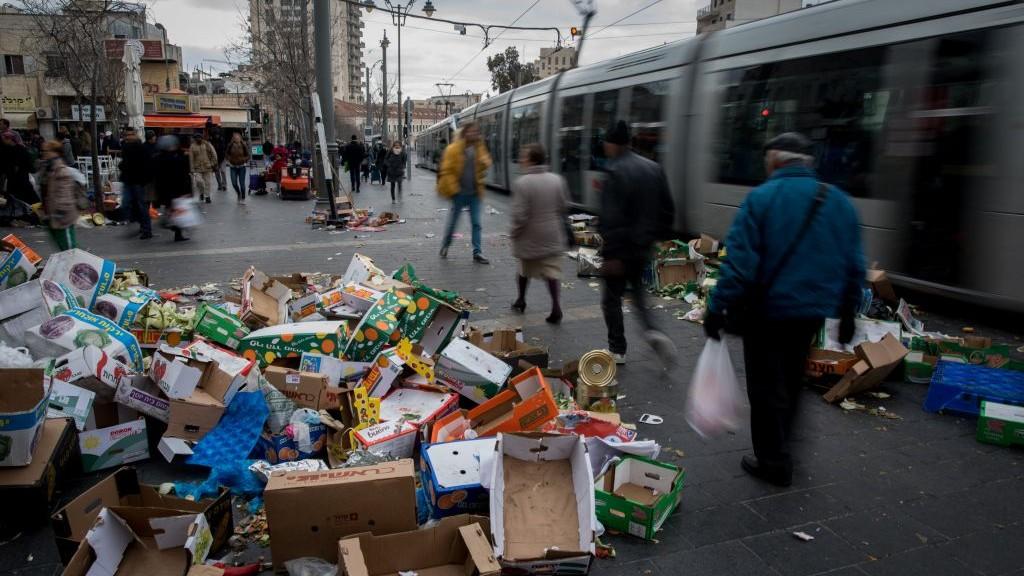 Les ordures s'entassent à Jérusalem en raison de la grève de la municipalité, au marché Mahane Yehuda, le 29 janvier 2017. (Crédit : Yonatan Sindel/Flash90)