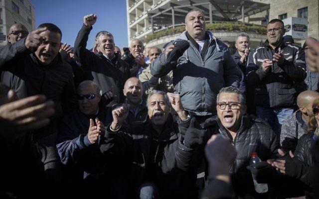 Les employés municipaux de Jérusalem protestent contre le délai du transfert de budget de la ville par le ministère des Finances, dans le centre de Jérusalem, le 30 janvier 2017. (Crédit : Yonatan Sindel/Flash90)
