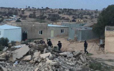 Les forces de police déployées dans le village bédouin non reconnu d'Umm al-Hiran, le 18 janvier 2017. (Crédit : porte-parole de la Liste arabe unie)