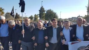 Les dirigeants arabes israéliens pendant la manifestation contre les démolitions de maisons, devant la Knesset, à Jérusalem, le 23 janvier 2017. (Crédit : autorisation)