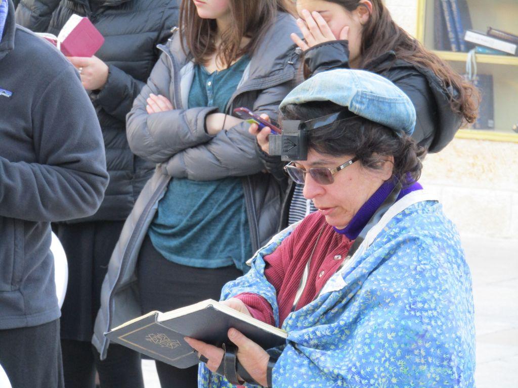 Cheryl Birkner Mack, l'une des fondatrices des Femmes du mur originales, au mur Occidental, le 23 janvier 2017. (Crédit : Alden Solovy)