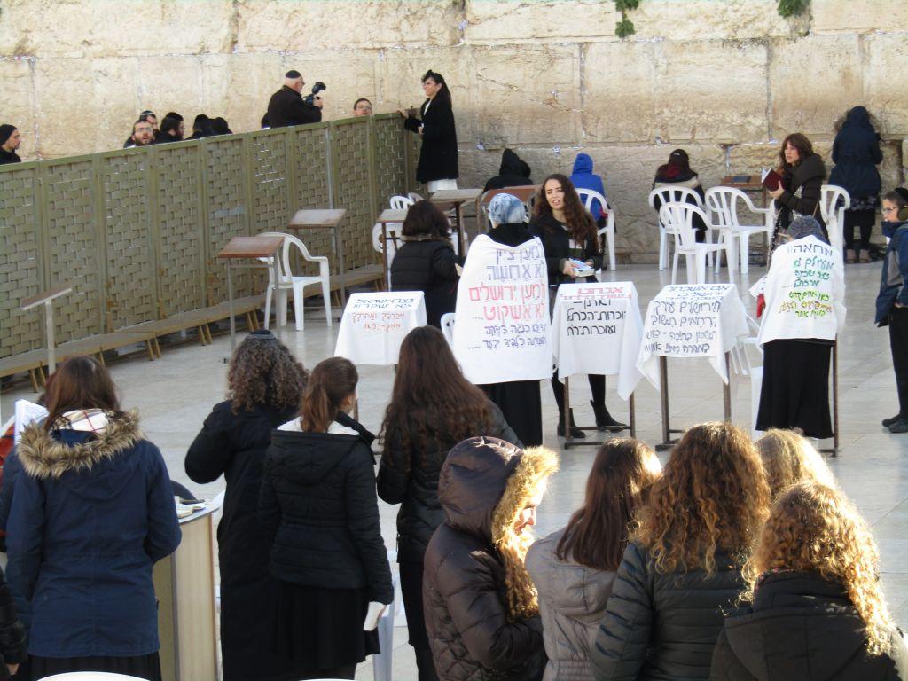 Des femmes ultra-orthodoxes protestent contre la lecture de la Torah par les Femmes du mur originales au mur Occidental, le 23 janvier 2017. (Crédit : Alden Solovy)