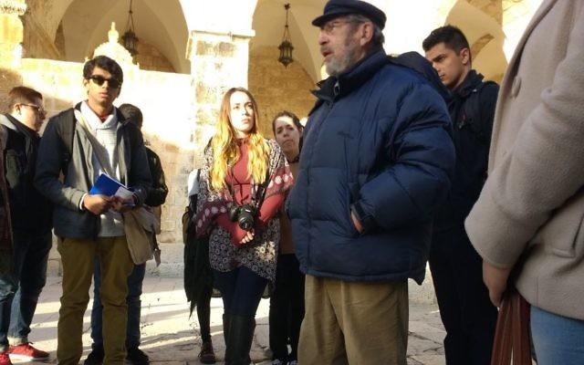 L'archéologue Gabriel Barkay entouré d'étudiants américains de UCLA, sur le mont du Temple, le 1er janvier 2017. (Crédit : Ilan Ben Zion/Times of Israël)