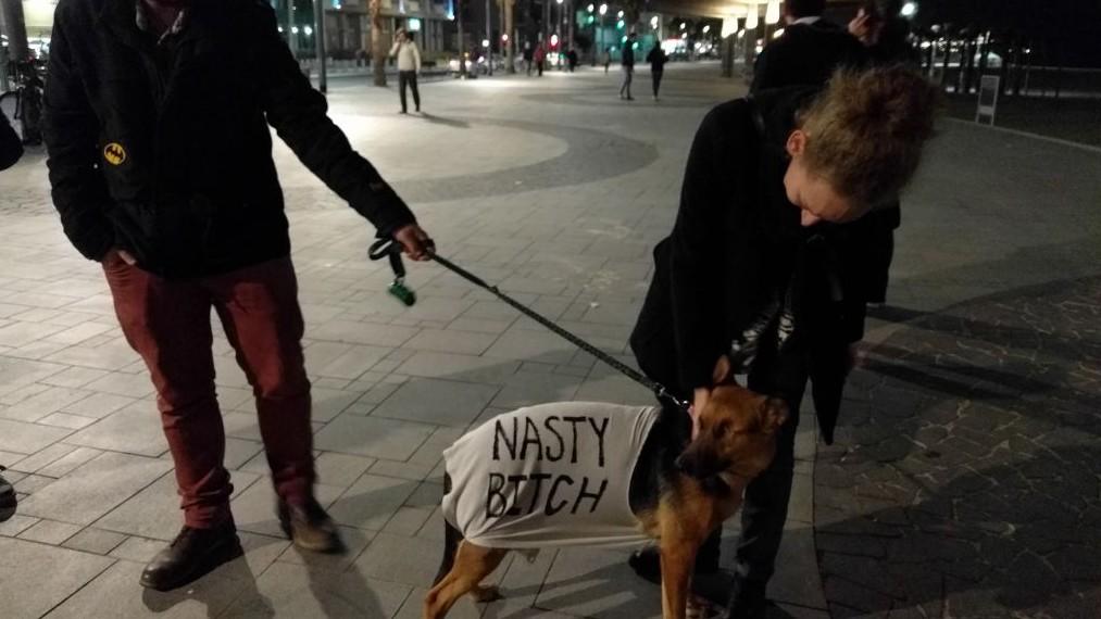 Julia Magid, propriétaire de Sela, une chienne de type berger allemand borgne portant le nom d'un guerrier viking, lors de la marche des femmes de Tel Aviv le 21 janvier 2017 (Crédit :Melanie Lidman/Times of Israel)