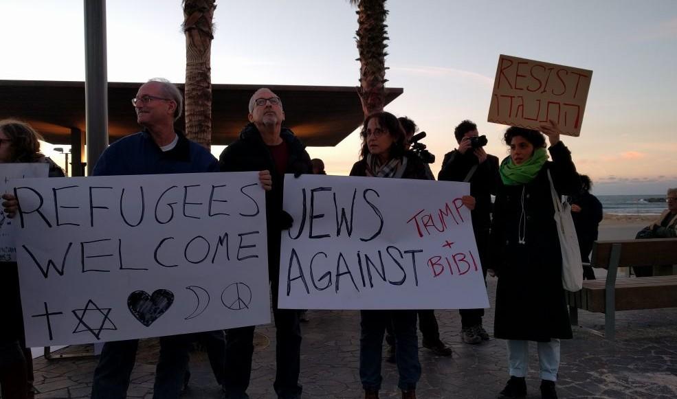 Quarante personnes ont manifesté devant l'ambassade des Etats-Unis à Tel Aviv contre le décret anti-réfugié et anti-musulman de Donald Trump, le 29 janvier 2017. (Crédit : Melanie Lidman/Times of Israël)