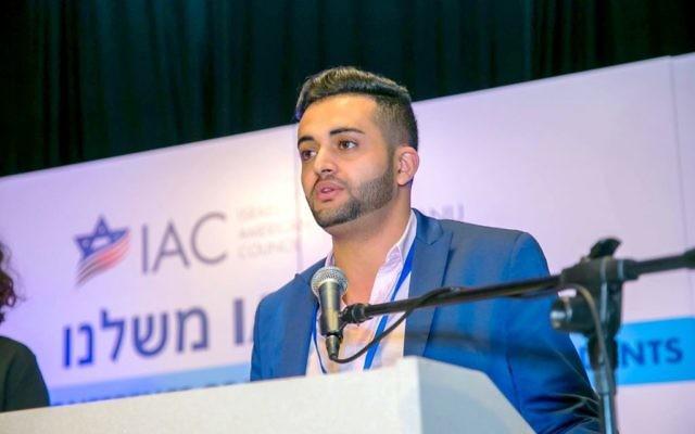Manny Dahari, qui a aidé à orchestrer le pont aérien pour transférer des membres de sa famille et d'autres membres de la communauté juive du Yémen, reçoit une récompense du conseil américain israélien, en mars 2016. (Crédit : autorisation)