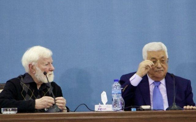 Le président de l'Autorité Palestinienne Mahmoud Abbas (à droite) et le militant israélien pour la paix  Uri Avnery au siège de l'AP à Ramallah le 5 janvier 2017. (Crédit : Dov Lieber/Times of Israel)