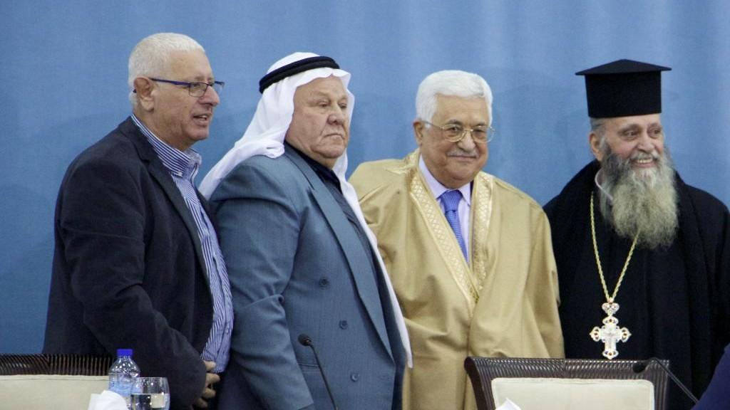 Des leaders religieux israéliens posent pour une photo aux côtés du président de l'Autorité palestinienne Mahmoud Abbas (2ème à droite) au quartier-général de l'AP le 5 janvier 2017 (Crédit : Dov Lieber/Times of Israel)