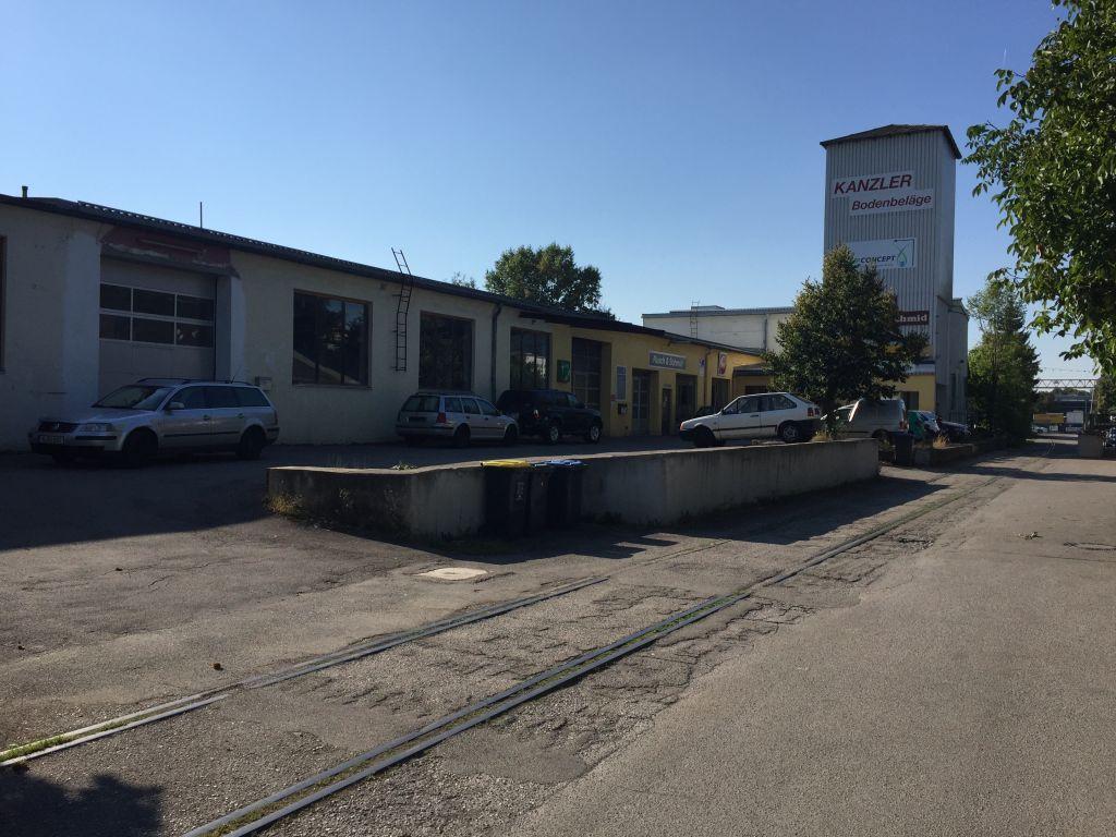 Une usine à Unterschleissheim, construite sur le lieu où des esclaves juifs et autre travailleurs ont travaillé dans le lin pendant l'Holocauste (Crédit :Noah Lederman/Times of Israel)