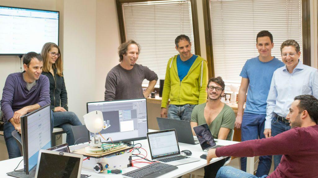 L'équipe Intuition Robotics dans leurs bureaux à Ramat Gan (Crédit : Autorisation)