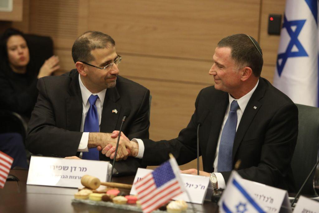 L'ambassadeur américain en Israël Dan Shapiro et le Président de la Knesset Yuli Edelstein le 17 janvier 2017 (Crédit : service de communication de la Knesset /Yitzhak Harari)