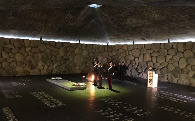 Une cérémonie italienne à Yad Vashem, à l'occasion de la Journée Internationale de l'Holocauste, le 27 janvier 2016. (Crédit : Rossella Tercatin/The Times of Israel)
