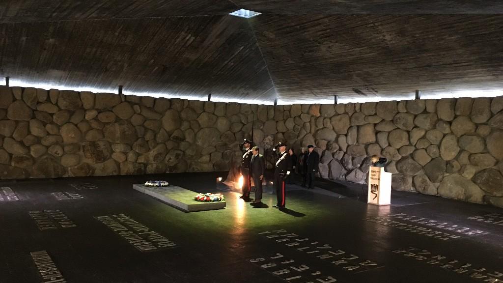 Une cérémonie italienne à Yad Vashem, à l'occasion de la Journée Internationale de l'Holocauste, le 27 janvier 2016 (Crédit : Rossella Tercatin/The Times of Israel)