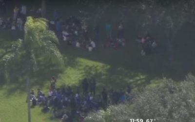 Evacuation d'un centre communautaire juif après une alerte à la bombe à Miami, en Floride, le 9 janvier 2017. (Crédit : capture d'écran YouTube/CBS Miami)