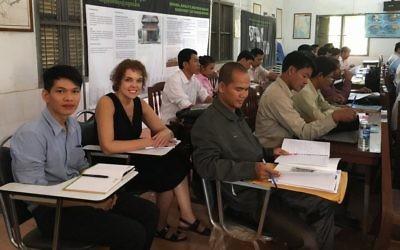 Kelly Watson de l'Institut des éducateurs pour les Droits de l'homme assiste à un cours sur l'histoire cambodgienne, où elle enseigne sur la Shoah, en octobre 2016.. (Crédit : Ouch Makara/Documentation Center of Cambodia Archives)