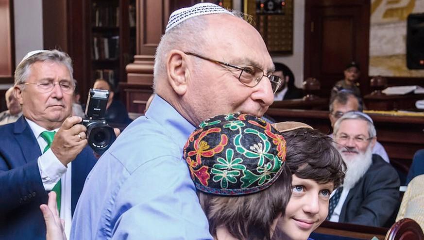 Haim Erez serre contre lui des enfants de Yanush Ben Gal à Kazan, le 4 septembre 2016 (Crédit : (Limmud FSU via JTA)